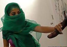 Imagen Mujer Arabe y una polla negra en un gloryhole