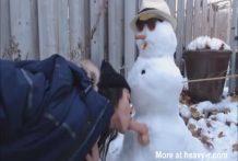 Chica follando el muñeco de nieve