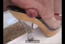 Brutal aplastamiento de polla con el pie
