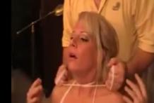 Sexy MILF estrangulada con una cuerda