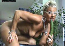 Imagen Abuela con pepino masturbándose y meando
