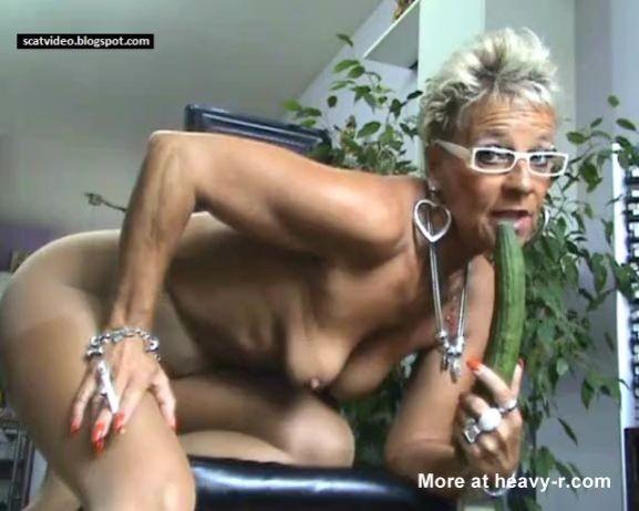Abuela con pepino masturbándose y meando