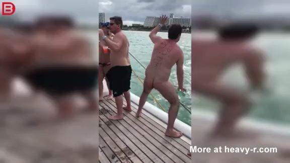 Hombre Borracho y desnudo cae al mar