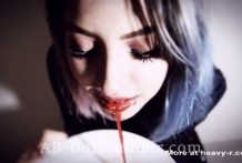 Se bebe su propia sangre y se desnuda