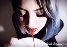 Imagen Se bebe su propia sangre y se desnuda