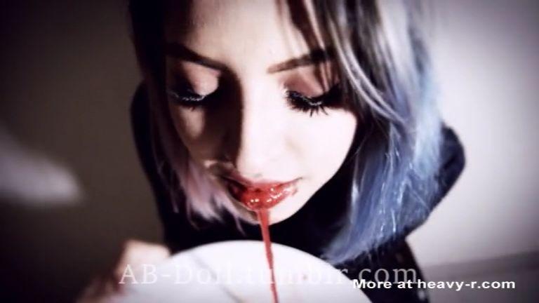 se bebe su sangre thumb245 - Se bebe su propia sangre y se desnuda
