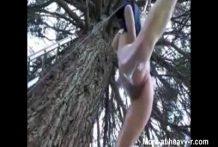 Chica desnuda ahorcada del árbol
