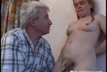 Abuelo viejo con nieta de 18 años