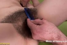Afeitando un coño peludo