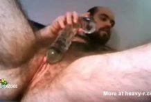 Hombre oso muestra su peludo coño