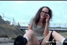 La chica de aspecto nerd se masturba en público