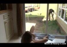 Imagen Teen masturbándose delante de jardinero
