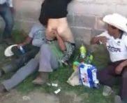 Se deja lamer el coño en la calle por hombres sin hogar