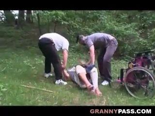 Violan a una abuela en silla de ruedas