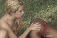 Una chica se la chupa a un perro y otra le come el coño
