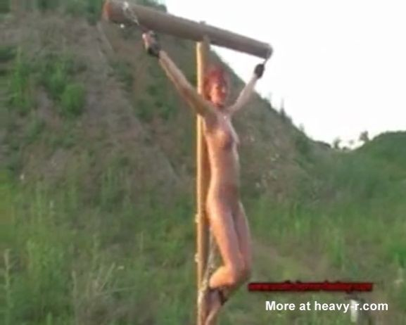 Una pelirroja es crucificada