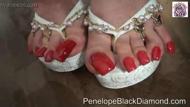 Penelope Black Diamond follada con el pie