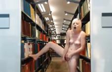 Va a la biblioteca y acaba masturbándose