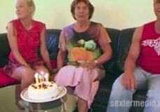 Imagen Abuela trio bisex para su cumpleaños