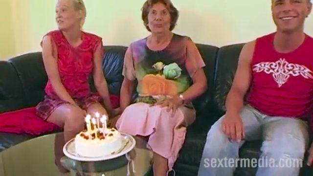 Abuela trio bisex para su cumpleaños