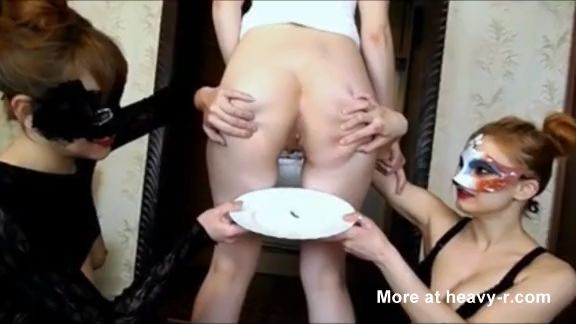 Tres chicas preparando la cena