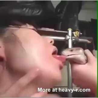 Asiáticas besando una serpiente