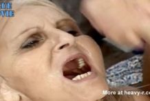 Abuela vieja cubierta de esperma
