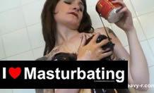 Se masturba con sirope de chocolate