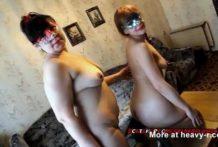Amantes lesbianas sucias limpian sus traseros