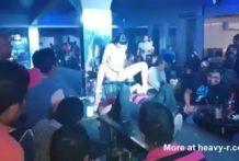 Stripper Squirting en la cara de los clientes