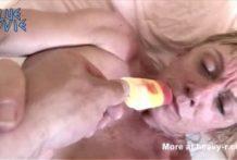 Vieja perra follada con una polla de hielo