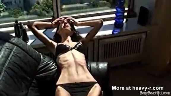 Chica flaca muestra su cuerpo anoréxico