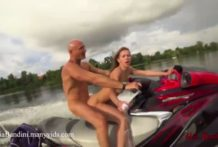 Sexo anal en una moto de agua