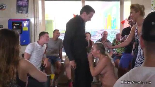 Chica desnuda humillada en publico
