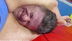 Le tritura la cabeza con sus piernas gordas
