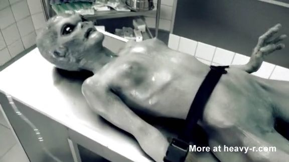 La violación de una alienígena muerta en la morgue