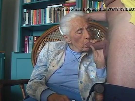 Anciana sin dientes mamando