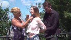 Chica desnuda en público cogida y humillada