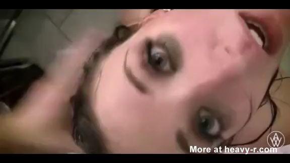 Sexo violento con la cabeza en el baño