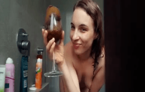 Una chica, una copa con caca