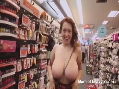 Chica entra a una tienda en topless