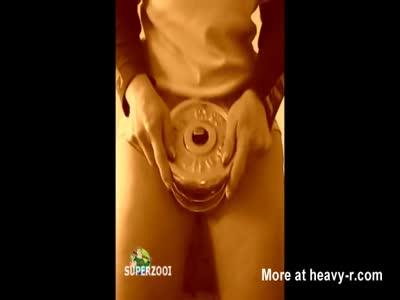 Perra en forma lleva apretando los músculos de la vagina al siguiente nivel