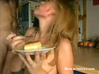 Rubia le hace correrse y decora su pastel con su semen