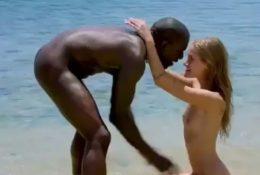 Negro reanimando a una chica blanca
