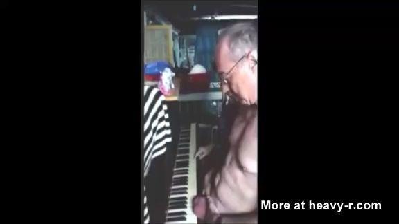 Pillarse los huevos con la tapa de un piano