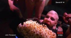 Puta comiendo palomitas con orines