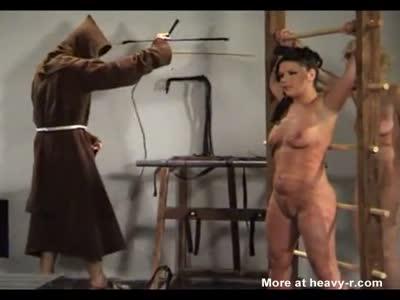 La mujer recibe cincuenta latigazos