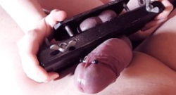 Apretando los testículos al extremo
