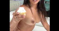 La puta de Onlyfans Jynx Maze inserciones anales de banana y cupcakes