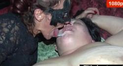 Doble penetración anal para MILF en orgía real